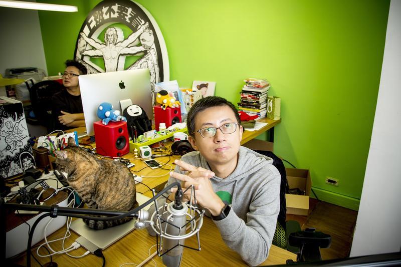 這是呱吉的辦公室,他每週固定坐在這裡直播,直播前他還會準備講綱,並不是漫天瞎扯。