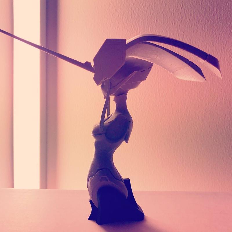本作的巨大機器人「鋼鐵乙女」(FRANXX),造型類似人類美少女,令觀眾不由得好奇動起來會是什麼樣子。圖為男女主角的機體「鶴望蘭」(ストレリチア)的軀幹造型。圖片來源:コヤマシゲト推特
