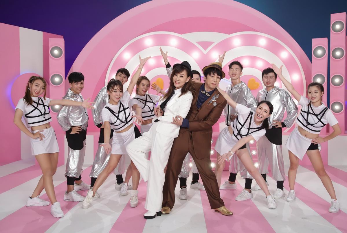 龍千玉在MV中換上2套回春造型變成嫩妹,曹西平稱讚死黨有夠美。(豪記唱片提供)