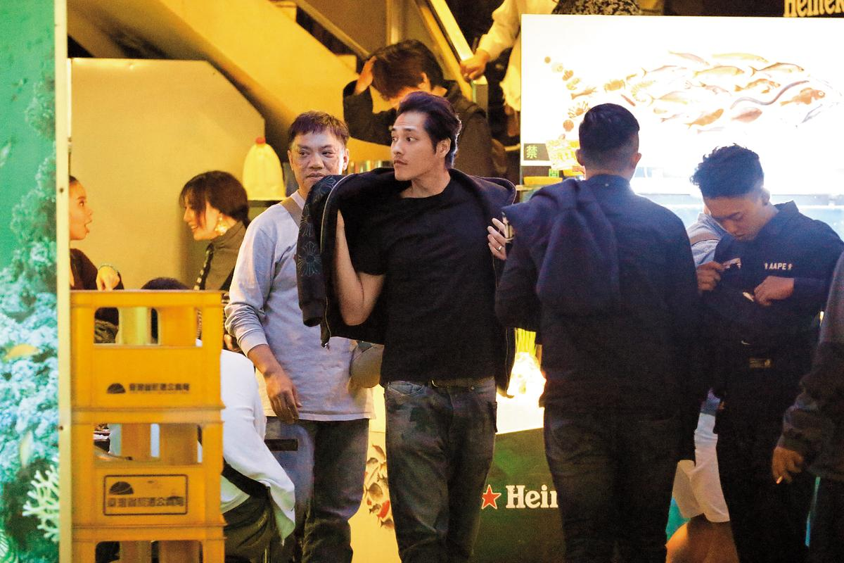11/18 20:55 本刊直擊《前男友不是人!?》吃殺青宴,餐畢男主角藍正龍一個帥氣pose走出餐廳但不急著離開,站在門口跟同仁們哈拉聊天。