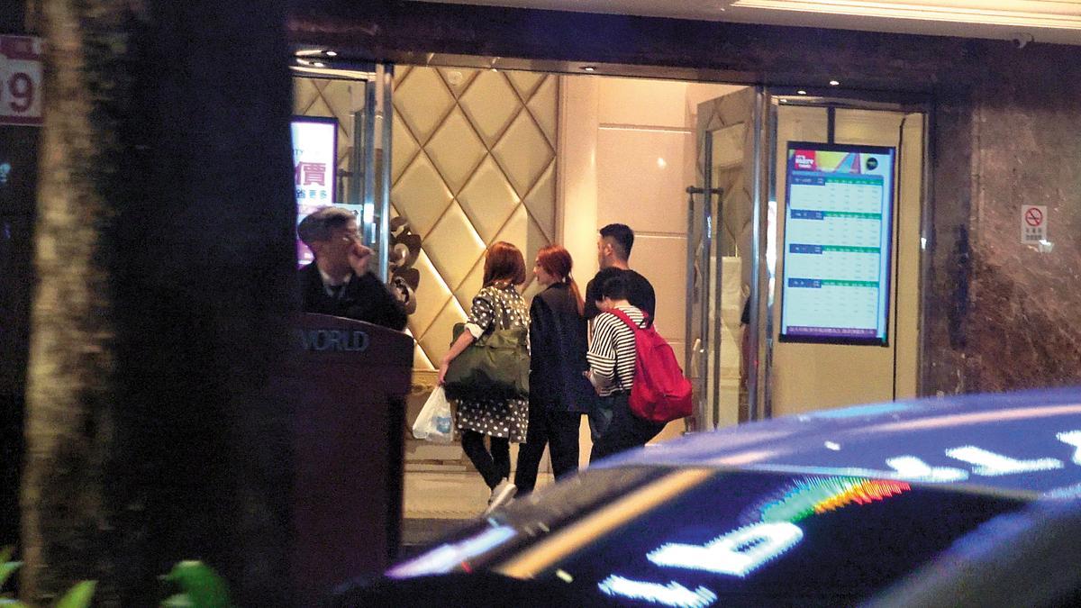 21:54 劇組在KTV續攤,但出席演員只見到楊丞琳(左二)與海裕芬(左一)。