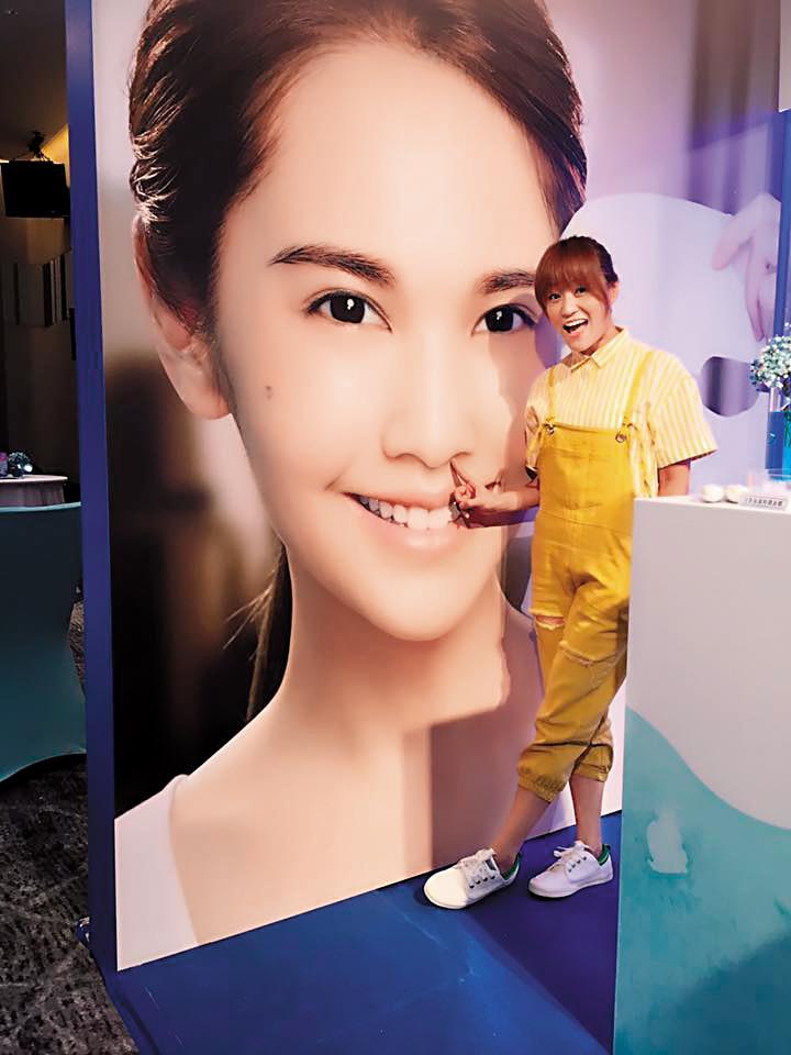 海裕芬曾主持不少唱片歌手活動及品牌記者會,楊丞琳的面膜代言記者會也由她主持。(翻攝自海裕芬臉書)