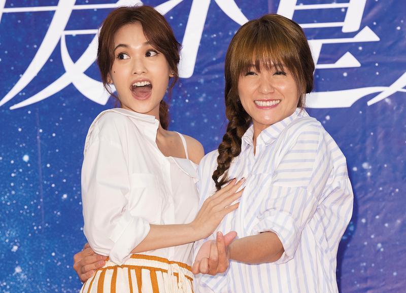 楊丞琳(左)與海裕芬(右)合作《前男友不是人!?》前就已是姐妹淘,開鏡後兩人一起合作,表現很興奮。