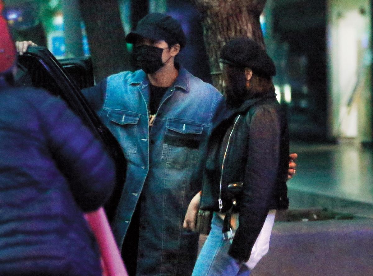 11月24日 06:27 輸給張勛傑跟「波波蓁」,賀軍翔(右)身為人夫跟人父,左手也勾搭了一名辣妹上了續攤的車。