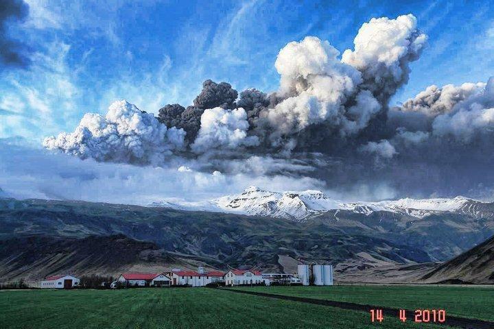 火山灰的懸浮粒子,可以遮蔽陽光輻射,達到減緩暖化的效果。(東方IC)