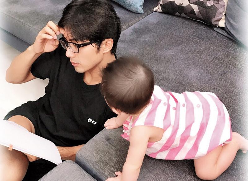 賀軍翔今年夏天宣布閃電成為人夫,並且當了爸爸,還特地帶老婆到關島生女兒。(翻攝自賀軍翔IG)