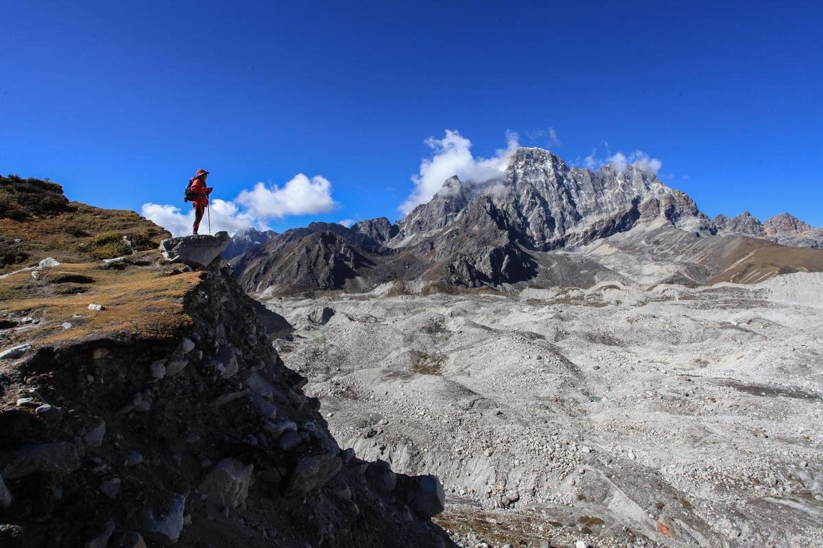 壯闊的果宗巴冰川(Ngozumba Glacier),其上布滿亂石。