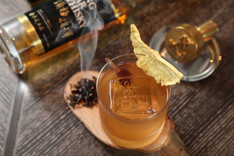 「Mu Fashioned」基酒取2款金車噶瑪蘭單一麥芽威士忌,融合鳳梨金棗糖漿,入喉醇厚。(480元/杯)