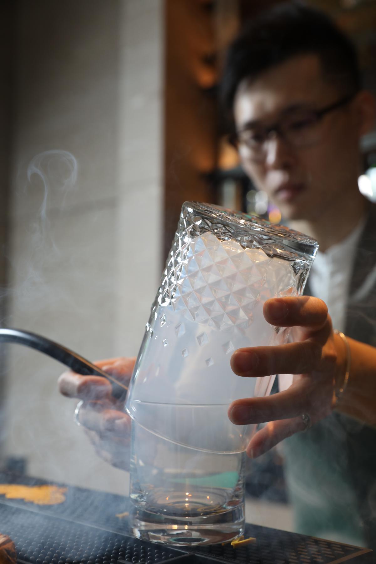 調製Mu Fashioned前,需先於煙燻機裡放入龍眼木、高山烏龍茶粉末燻杯。