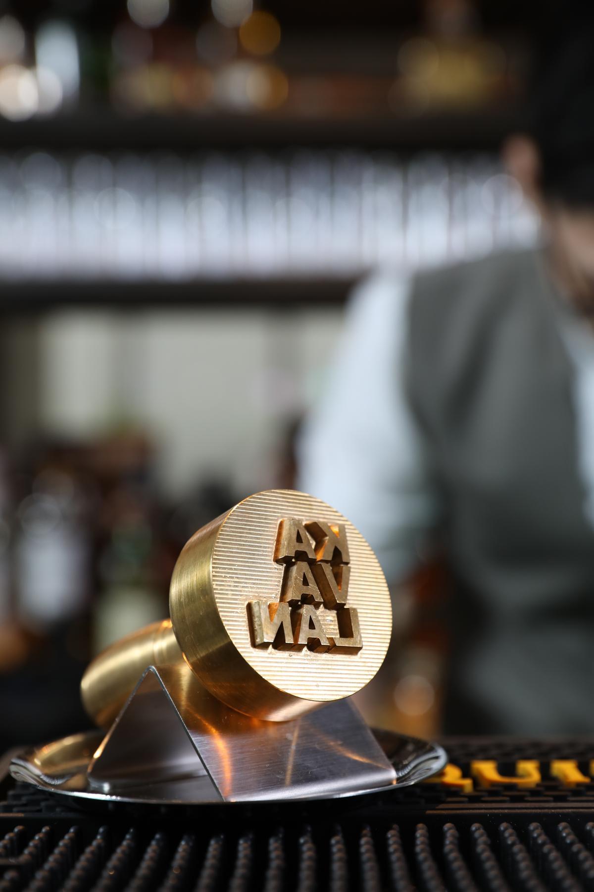 印有「KAVALAN」Logo純黃銅章,是「金車噶瑪蘭」特別為「Mu Bar」製作。