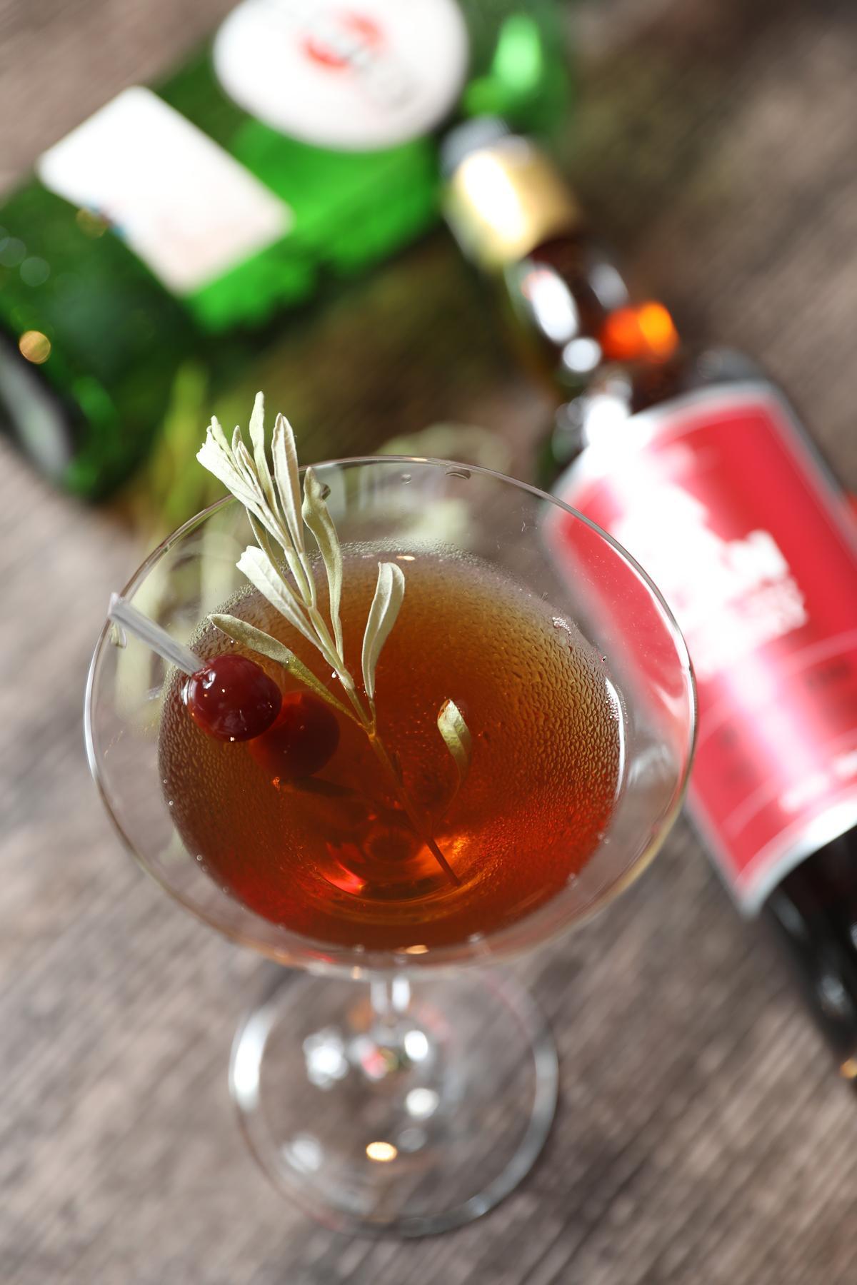 「漫遊宜蘭」以「噶瑪蘭OLOROSO雪莉桶單一麥芽威士忌」為基底,加上薰衣草苦精、迷迭香酒,沈穩內斂。(480元/杯)
