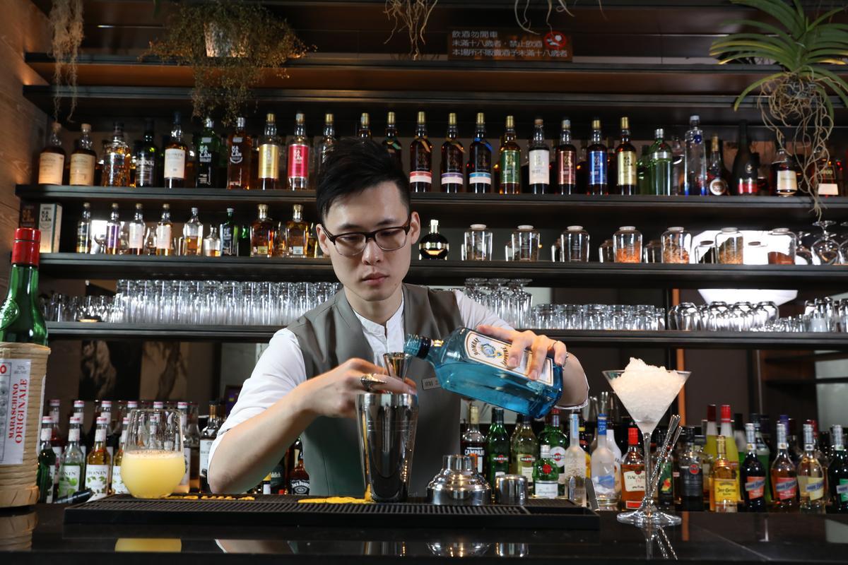 調酒師Kevin看似話不多,實則說起酒來充滿熱情。