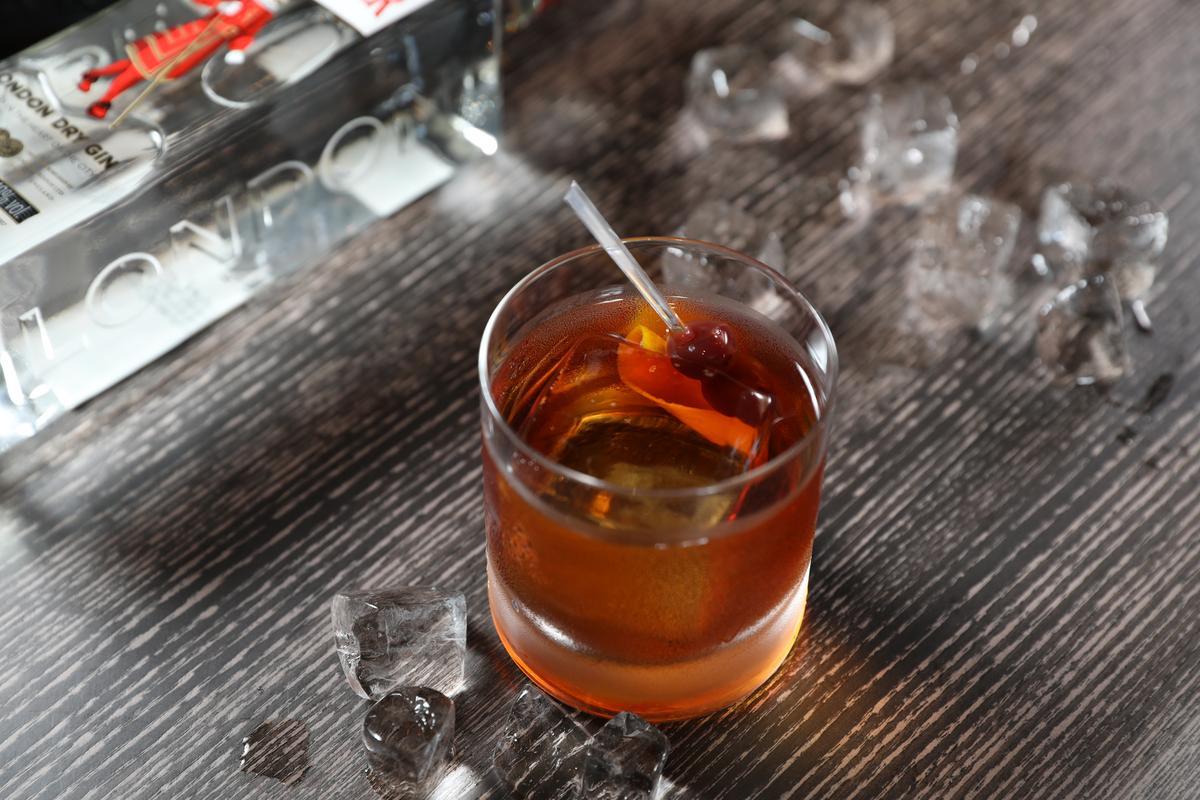 經典調酒「馬丁涅茲」,老派地很有親切感。(380元/杯)