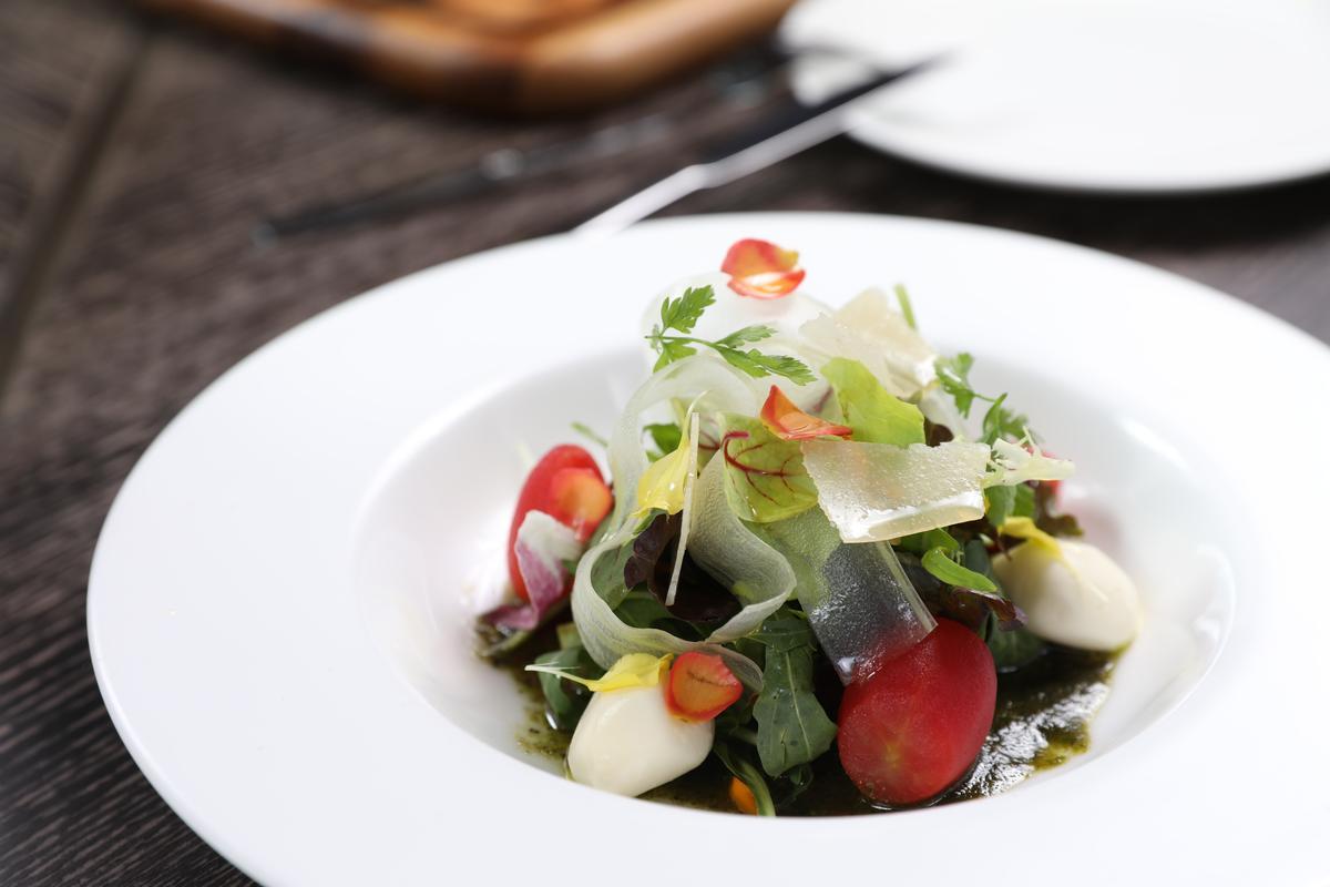 使用宜蘭溫泉番茄的「溫泉番茄青醬乳酪沙拉」,有蔬菜的爽脆、乳酪的香滑。(260元/份)
