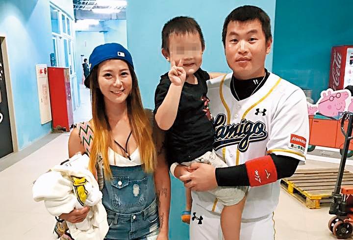 「小胖」林泓育結婚4年,和老婆育有1子。(翻攝自哆哆臉書)