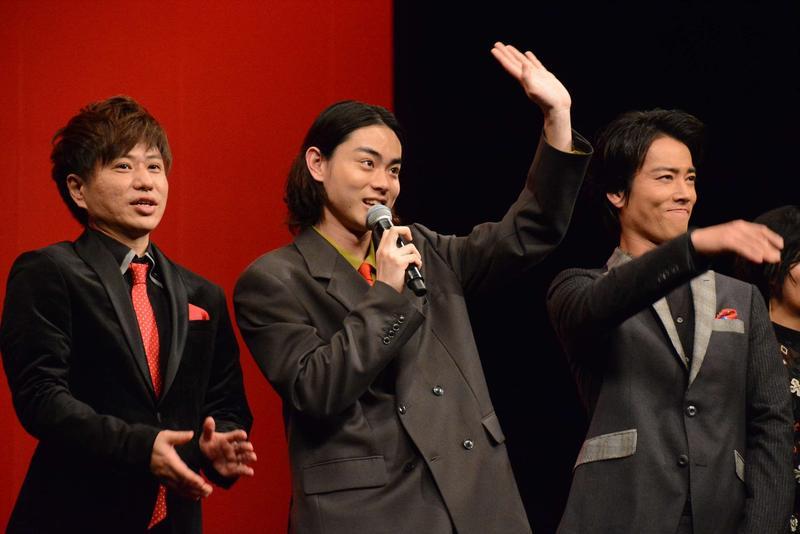 菅田將暉(中)在《火花》飾演漫才藝人,特別跑去跟諧星同住,揣摩喜劇演員們的心境。(安可提供)