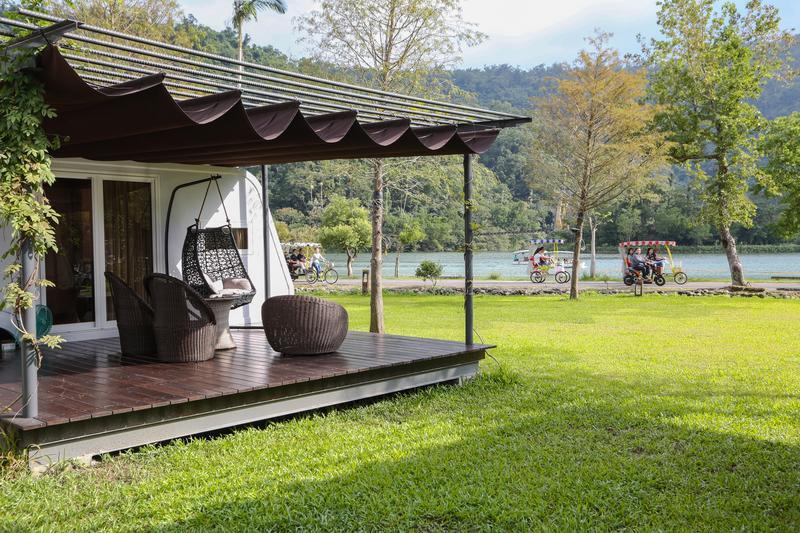 座落在梅花湖畔的「天ㄟ露營車」,擁有水岸第一排的美景。