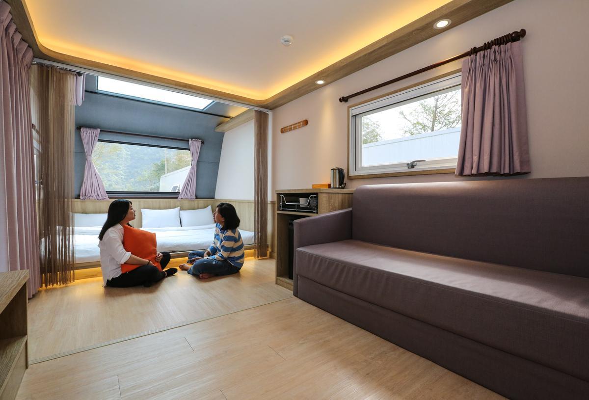 「天ㄟ露營車」裡還擁有一個小客廳,煮水器、電視樣樣俱全。