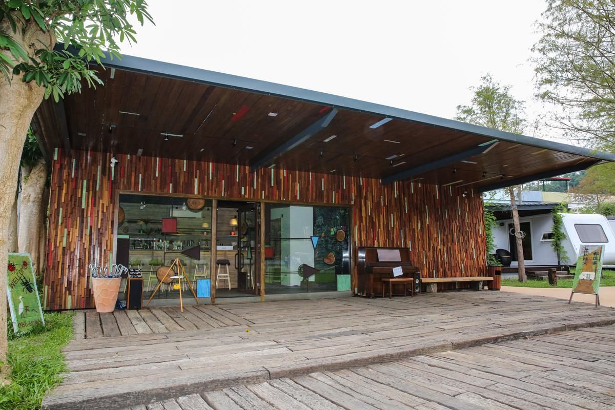 「天ㄟ露營車」以木條妝點的Check IN櫃台,簡約時尚。