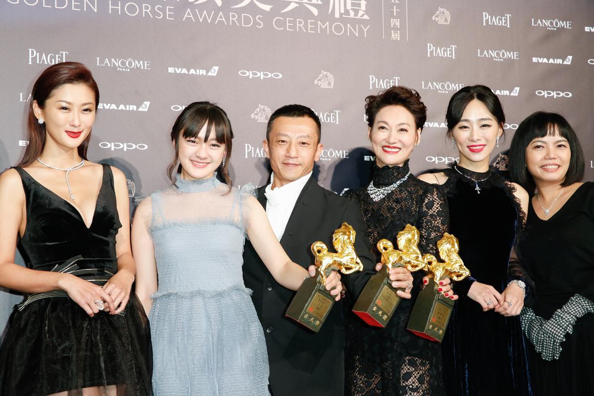 金馬獎得獎時,文淇、楊雅喆、惠英紅舉起獎座拍照,獎座沉沉就像舉啞鈴。