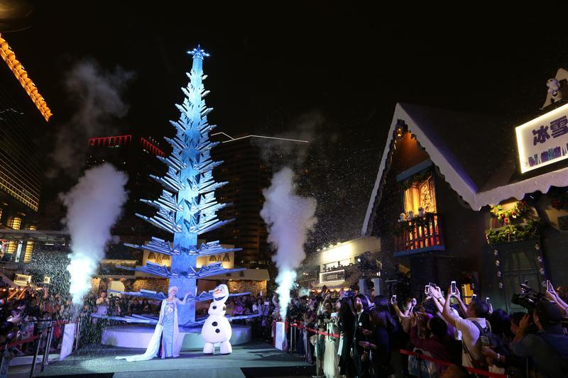 「冰雪奇緣嘉年華」開幕當天,特別請來艾莎公主和雪寶開場。