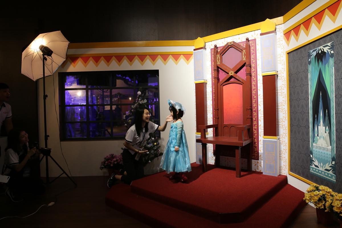 在「冰雪魔法照相館」內,可以立刻變身小公主拍照。
