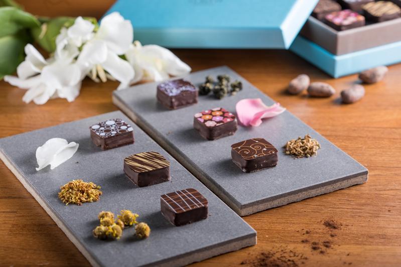 「台灣花香巧克力」吃得到「茉莉」「玫瑰」「龍眼花」「菊欉」「桂花」「野薑花」(右上起順時針方向)等口味,花香辨識度高,巧克力滑順。(620元/盒)