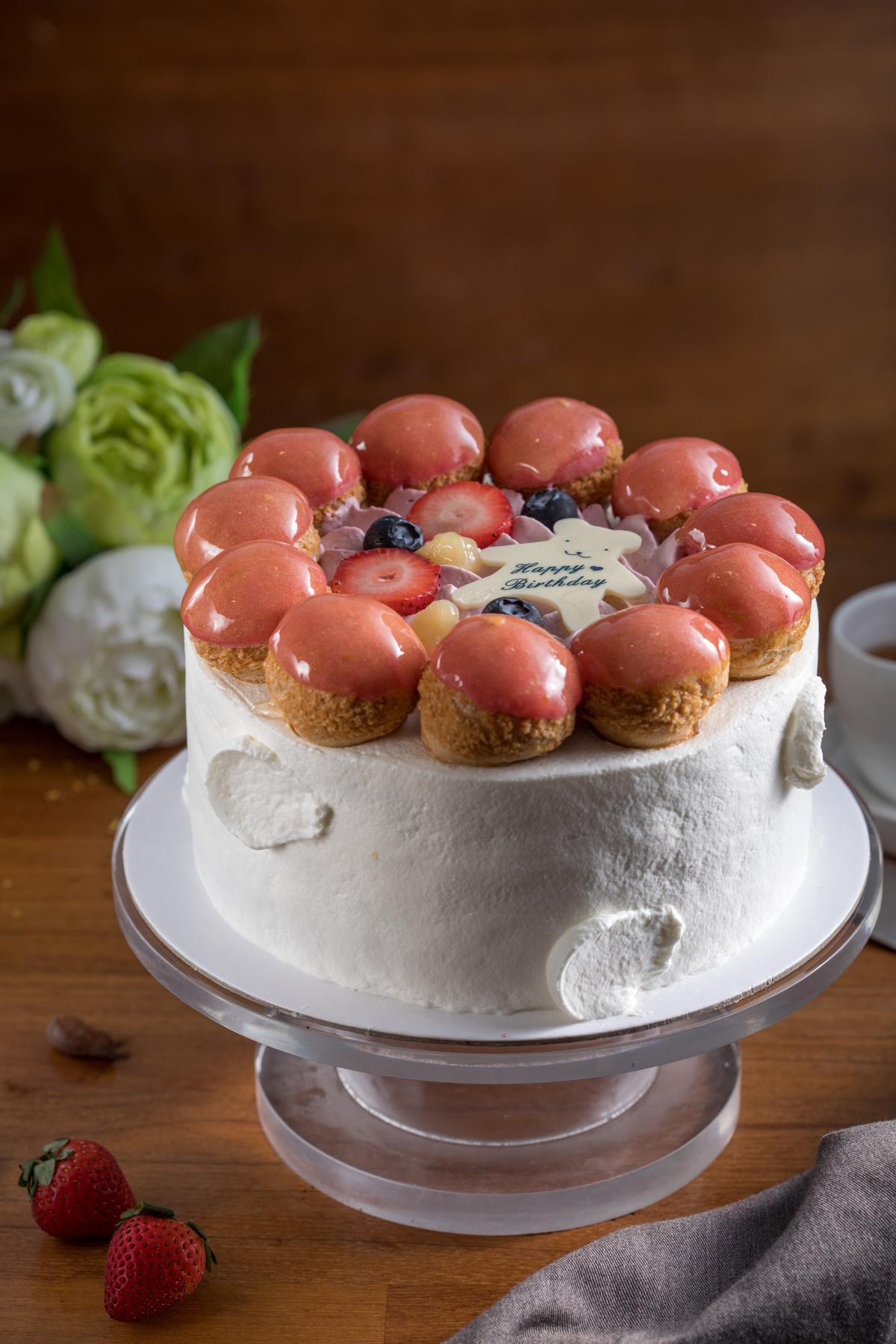 「馨香花語」的玫瑰醬及覆盆子玫瑰奶餡,為奶油蛋糕帶來酸甜交替的層次感。(1,150元/7吋)