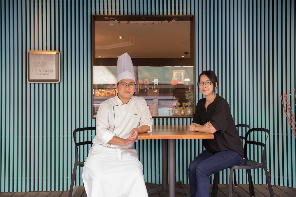 太太凃志怡(右)也熱愛做甜點,是可可法朋甜點主廚李依錫(左)的甜蜜夥伴。