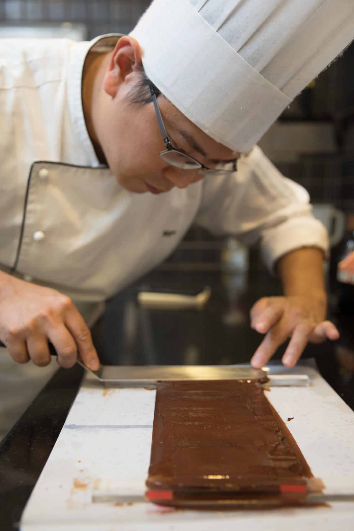「可可法朋」主廚李依錫手工製作巧克力。