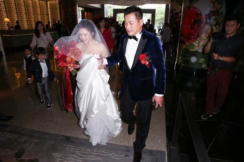 江宏恩砸了將近300萬元在晶華酒店舉辦婚宴,圖為婚宴前他跟老婆先進酒店休息、準備的畫面。
