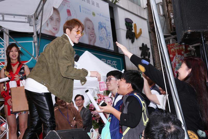 蕭敬騰出席代言活動時,跟現場粉絲熱烈互動。