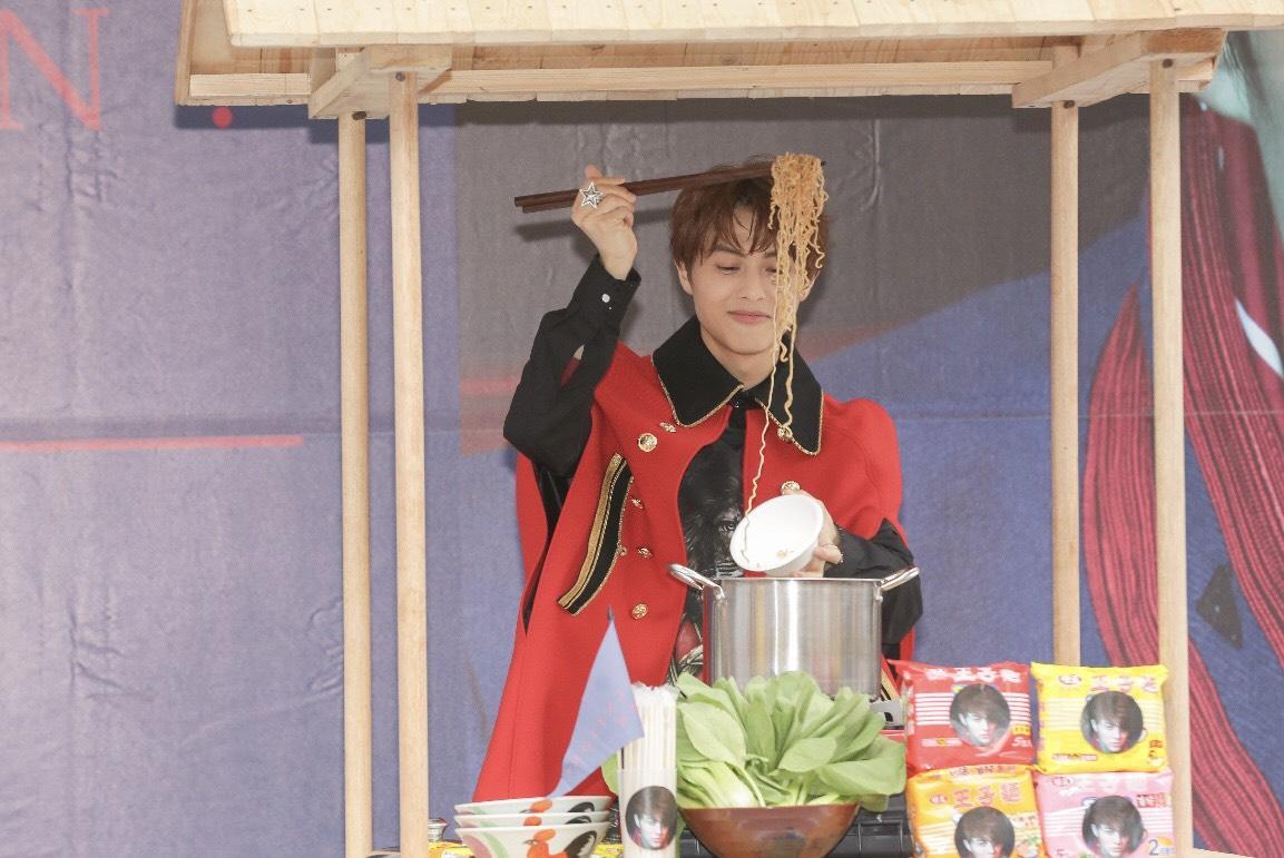 王子煮麵給幸運歌迷吃,直呼自己手藝不佳。