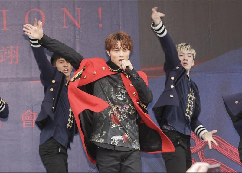 王子邱勝翊今在台北西門町舉辦新專輯《Attention!》簽唱會。