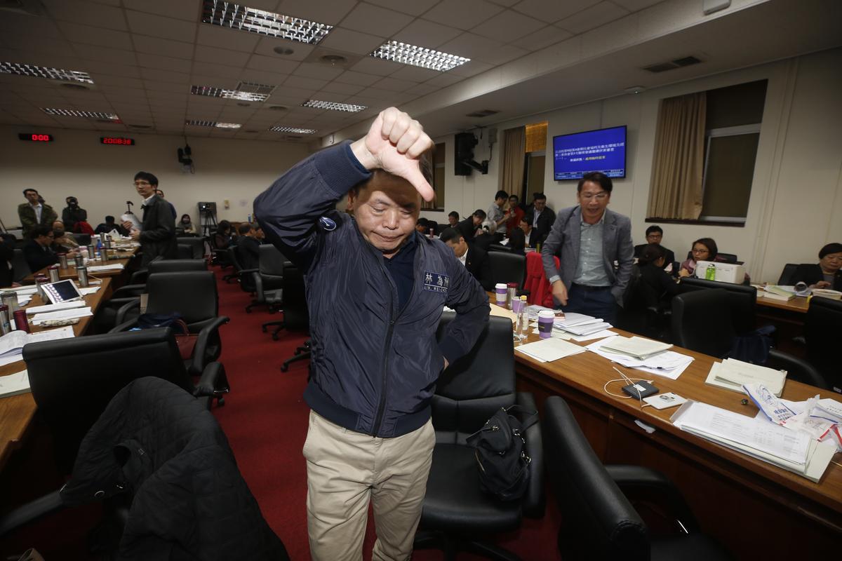 因晚間召委林靜儀再次以表決方式停止討論,國民黨黨團書記長林為洲在台下比出手勢表達不滿。