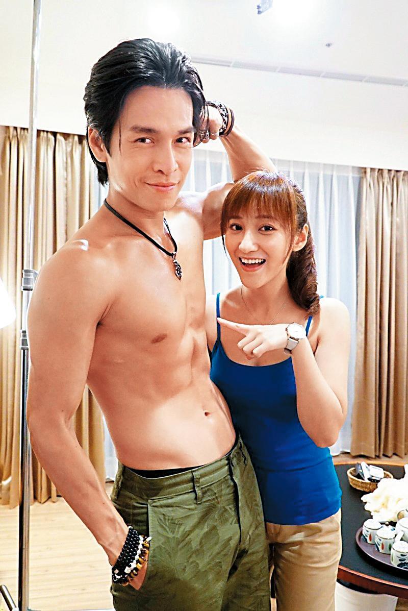 夏宇禾(右)日前在戲中和GINO(左)有親密肢體接觸,兩人還故作害羞。(民視提供)