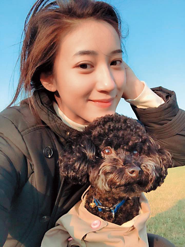 夏宇禾經常在臉書上po自己的黑貴賓愛狗照片。(翻攝自鍾雅如臉書)