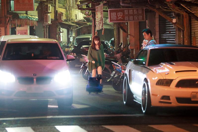 21:40 GINO停好車後,夏宇禾推著寵物拖車從副駕駛座下車。