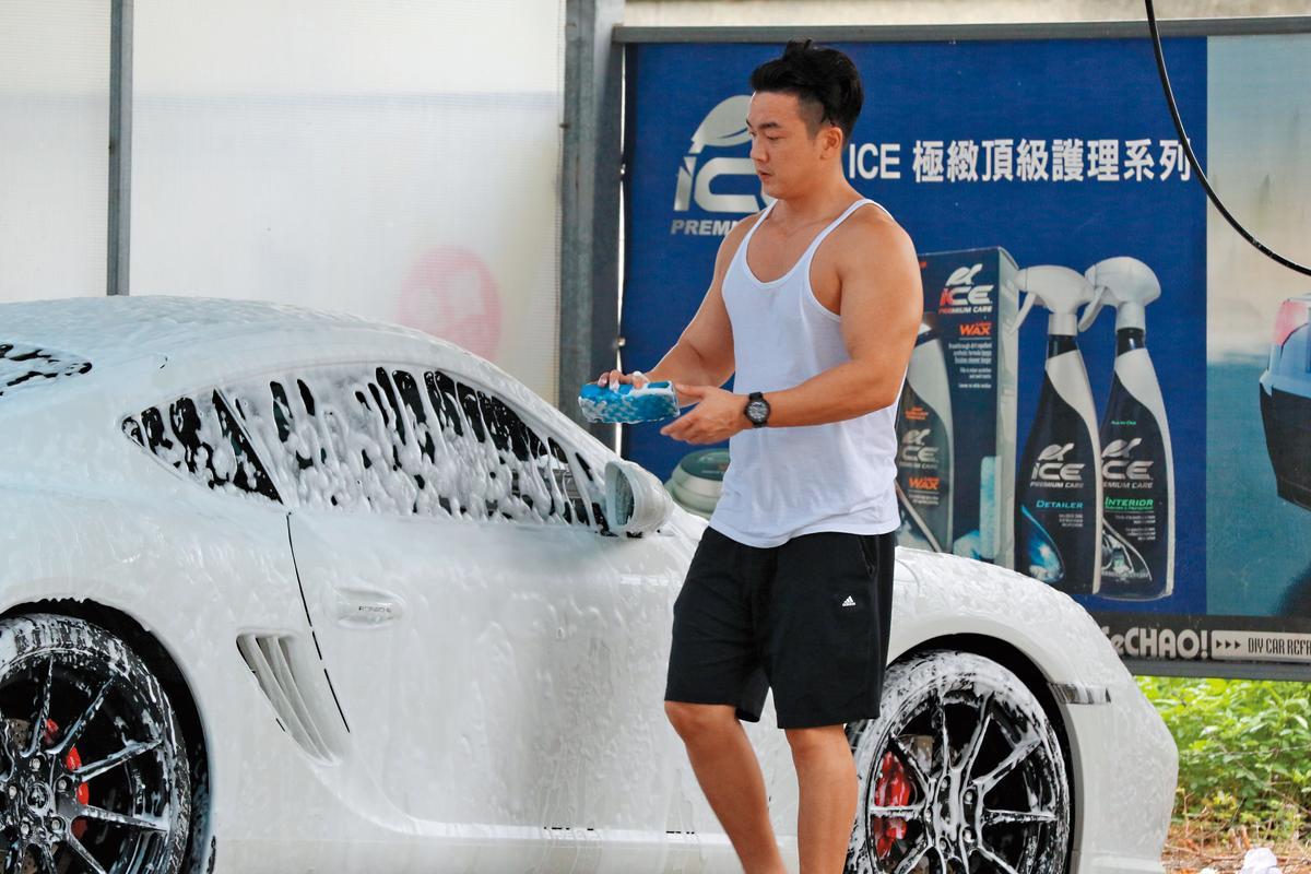 13:31 雖然天氣漸涼,李沛旭依舊穿白背心露大肌肌洗車。