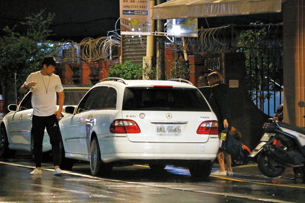 陳志強和曾智希一起回家,兩人爆出愛火,被本刊直擊。