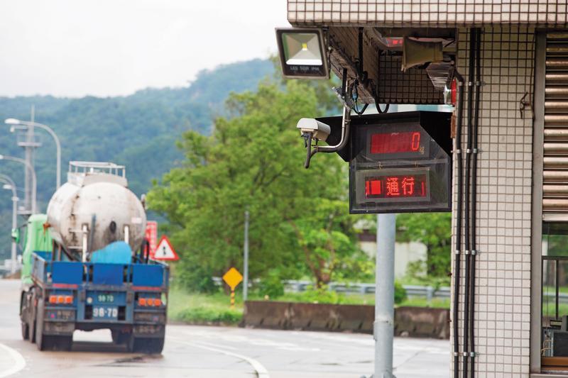 東俊仁駕駛的曳引車超載8噸,卻因大甲地磅站沒開而逃過檢驗,更害得一個小家庭粉碎。