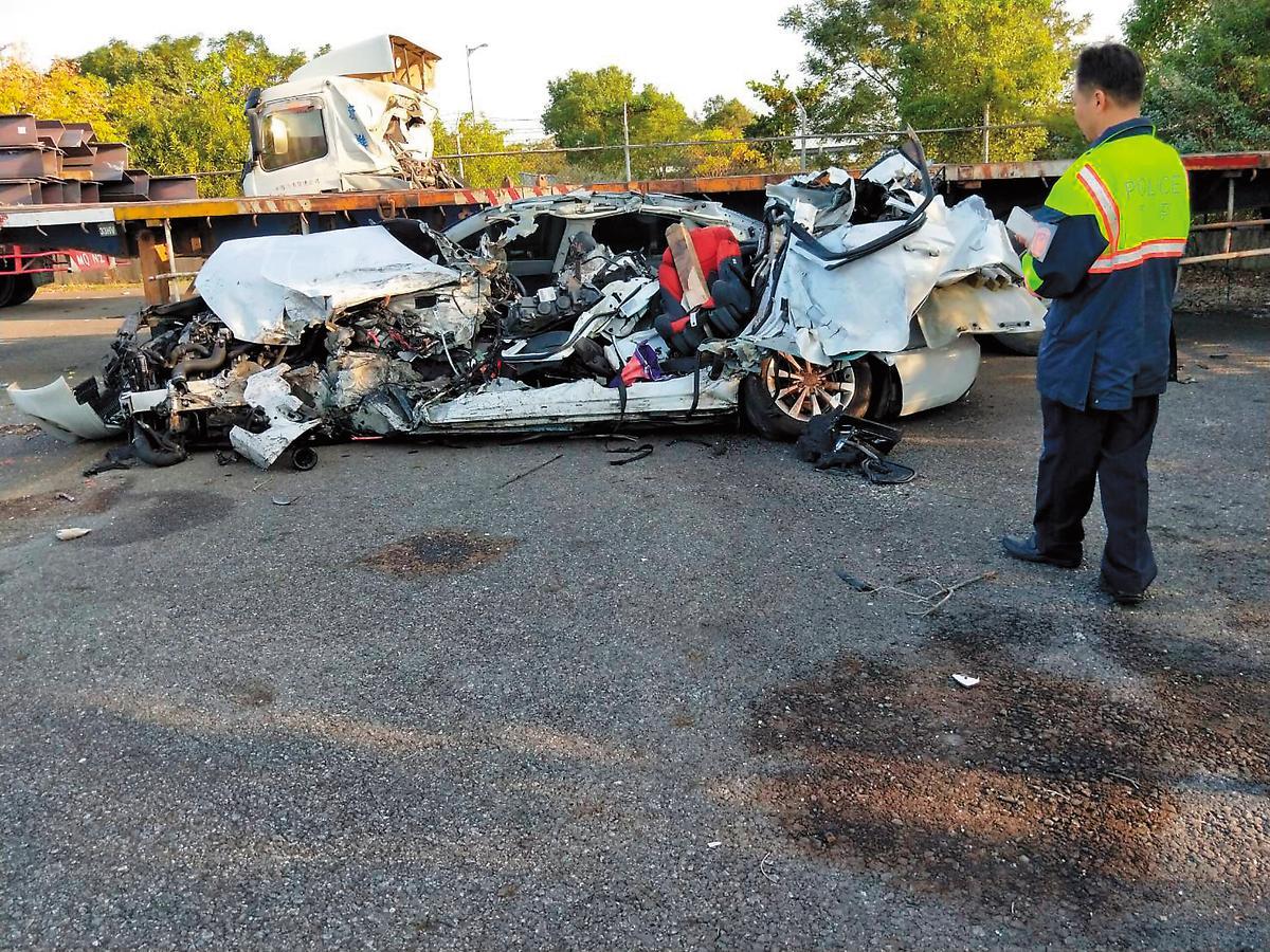 林世韋駕駛的奧迪跑車被撞成廢鐵,家屬還在車上找到林世韋的牙齒,難以想像他們生前經歷多大痛苦。(翻攝畫面)