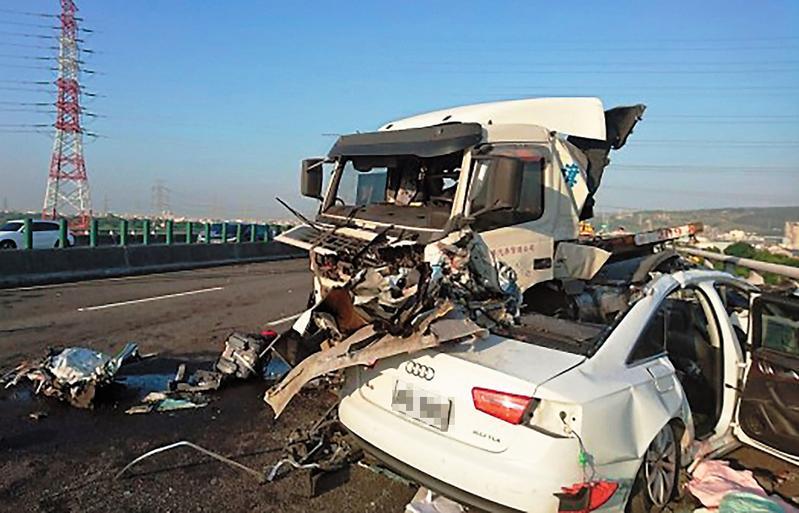 拖板車爆胎失控撞上林世韋開的奧迪跑車,跑車全毀外,更奪走3條人命。(翻攝畫面)