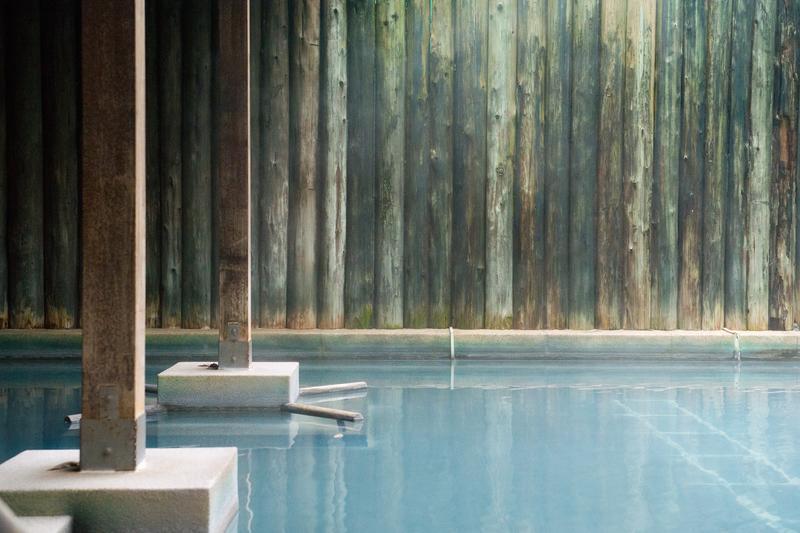 「鳩之澤」經氧化及沉澱後呈現淡藍水色,猶如溫泉中的藍寶石。