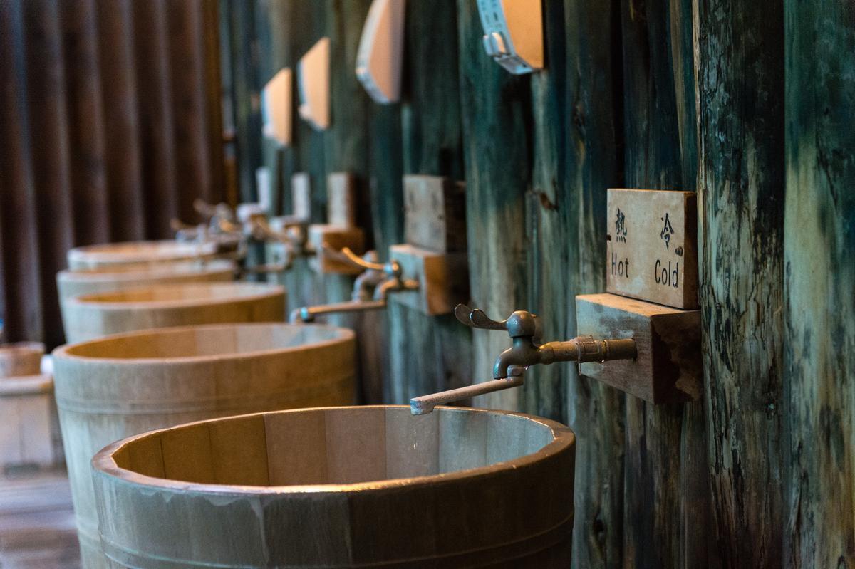饒富懷舊風的裸湯沖澡區。