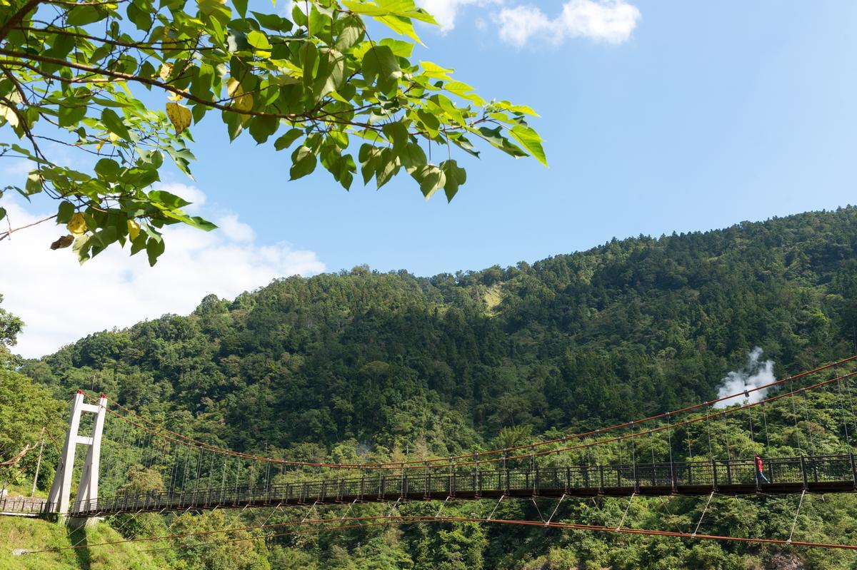 站在「多望吊橋」上可遠眺冒著白煙的溫泉源頭。