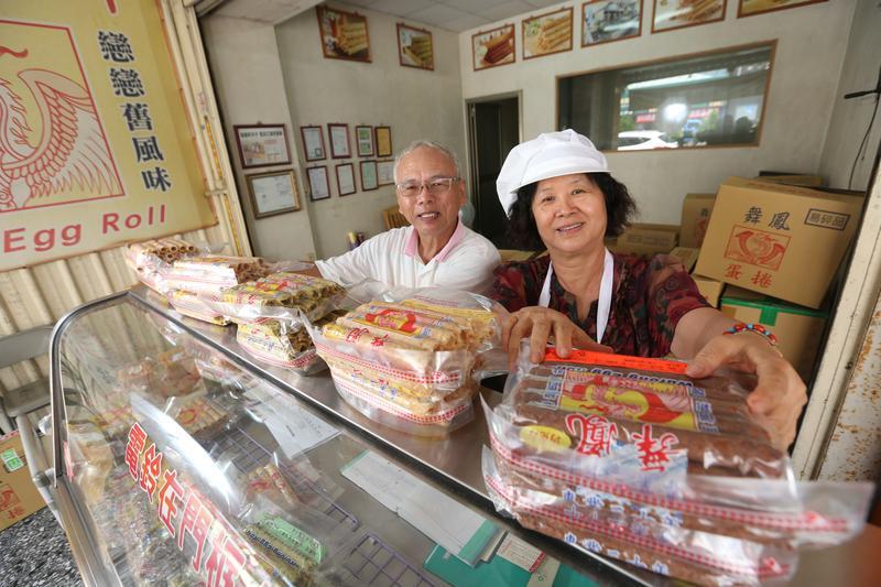 曾華誠(左)與太太吳月玲(右)在成立丹鳳前,一度北上創業,在新莊開設沙拉醬工廠。