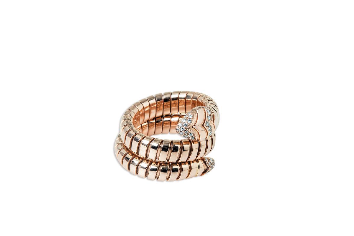 對自己充滿幸運意義的BVLGARI戒指。約NT$300,000
