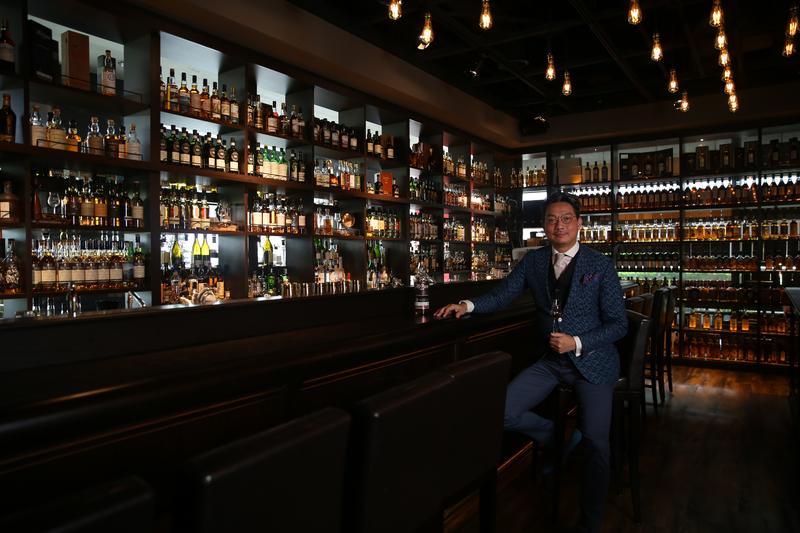 林一峰從世界各地蒐集超過2,000支威士忌,陳列在3面牆上頗壯觀。