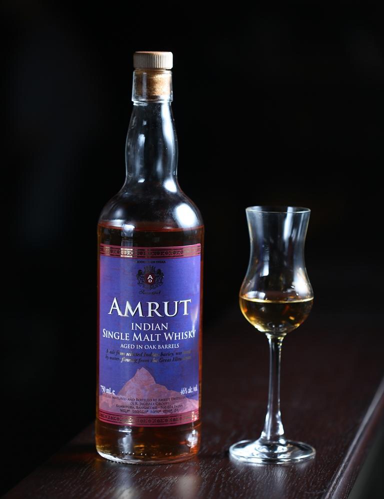 來自印度酒廠的「Amrut經典單一純麥威士忌」,因炎熱氣候加速熟成,喝起來渾重衝辣。(400元/杯)